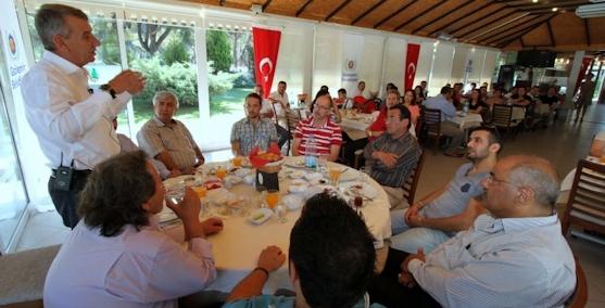 Başkan Şenol Gaziemiri anlatıp dertleri dinliyor